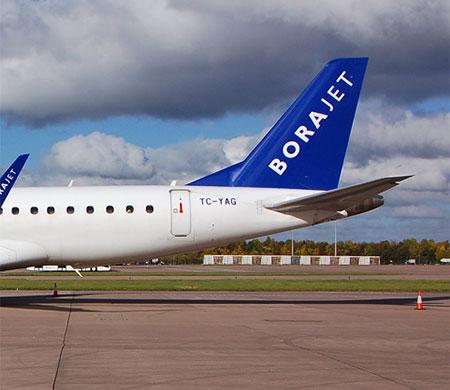 Borajet uçağının kokpit camı çatladı