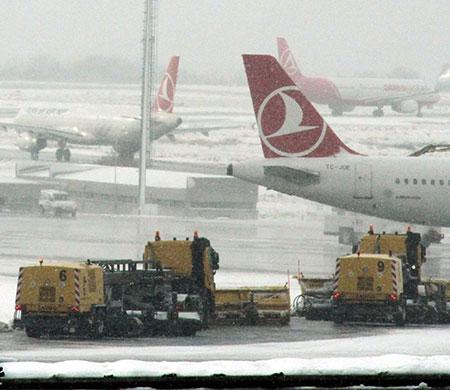 Atatürk Havalimanı'nda kar kabusu sürüyor