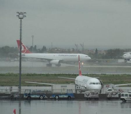 AHL'de hava muhalefeti: İzmir uçağına yıldırım çarptı
