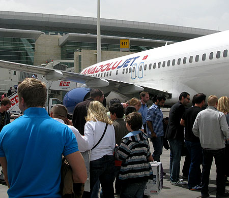 Kabin amiri AnadoluJet uçağından aprona düştü!