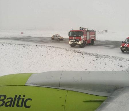 Air Baltic uçağı taksi yolundan çıktı