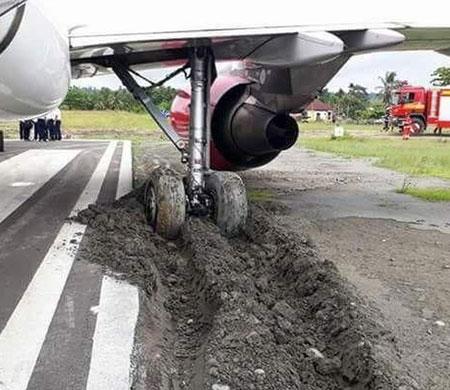 Yolcu uçağı kalkış öncesi toprak zemine daldı!