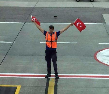 Sabiha Gökçen'de uçaklara Türk bayraklı karşılama