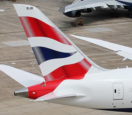 Uçağın iniş takımlarına saklanan adam uçaktan düştü