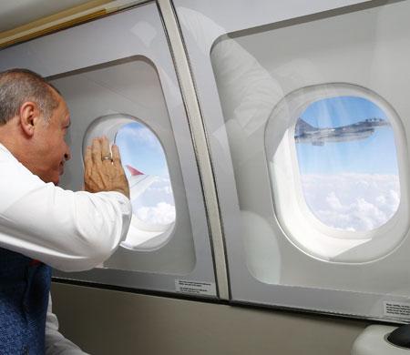 Erdoğan'ı selamlayan pilot kim çıktı?