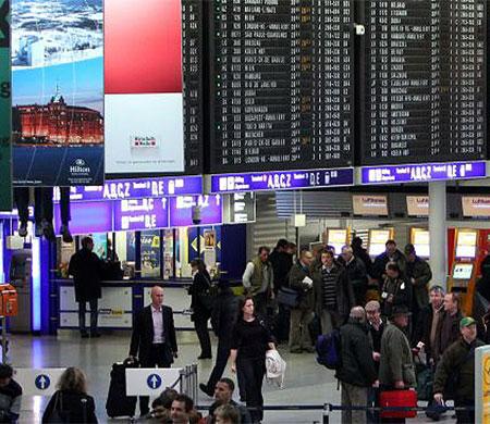 Frankfurt Havalimanı'nda biber gazlı saldırı