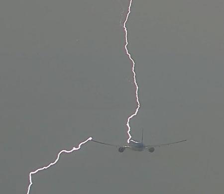 Dev yolcu uçağına yıldırım çarptı!