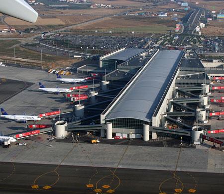 Pasaport kontrol prosedürü havalimanını karıştırdı