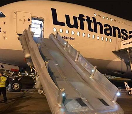 Lufthansa uçağının tahliye botu patladı