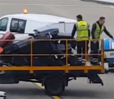 Bagaja tekme atan personel yolcuları kızdırdı