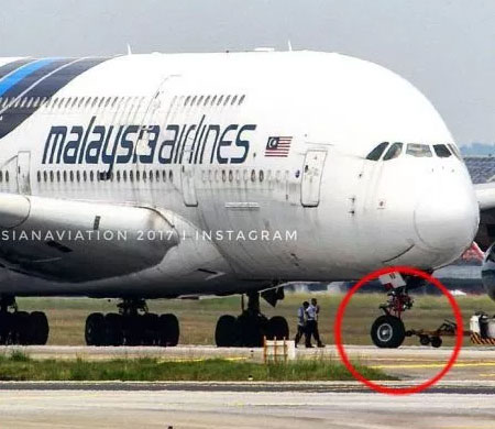 Malezya'ya ait A380'in inişte lastiği koptu