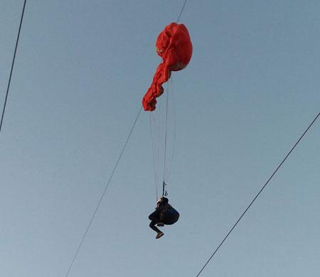 Kadın paraşütçünün yüksek gerilim hattında ölüm kalım savaşı