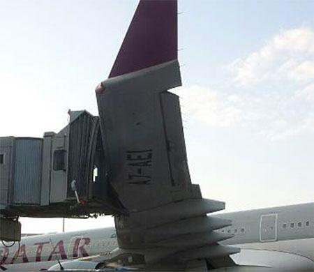 Qatar uçağı körüğe çarptı