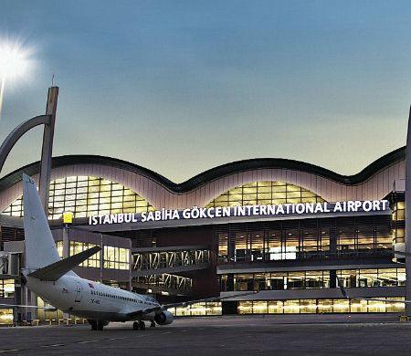 Sabiha Gökçen Havalimanı personelini taşıyan servis kaza yaptı