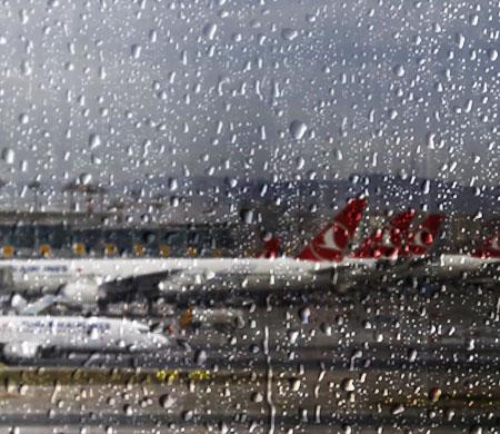 Yoğun yağış ve fırtına AHL ve SAW'da hava trafiğini etkiledi