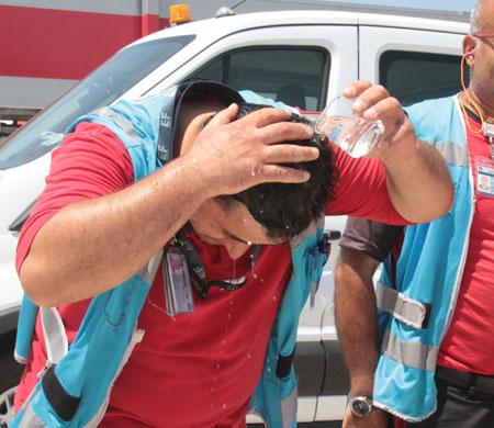 Atatürk Havalimanı çalışanları apronda sıcakla savaşıyor