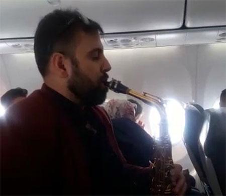 Anadolujet uçağında müzik resitali