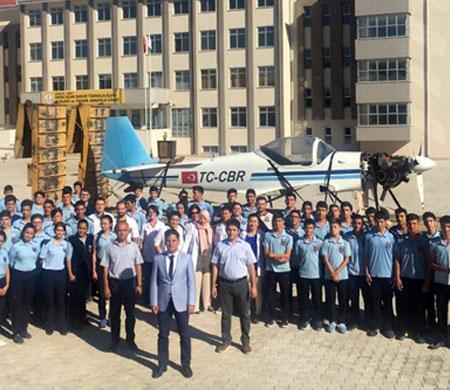THK T-67 eğitim uçağını liseye devretti