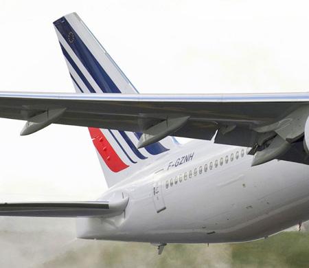 Dua eden müslüman yolcu uçaktan indirildi