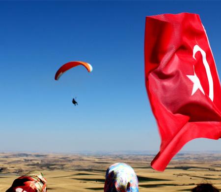 Alay komutanı yamaç paraşütü ile uçtu